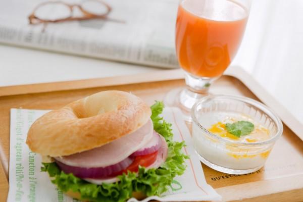 ベーグルと野菜ジュース