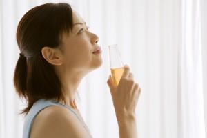 ドリンクを飲む女性