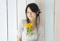 お花をもつ女性