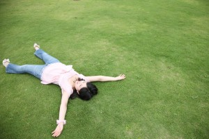 草原と女性