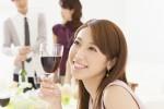 ワイングラスをもつ女性