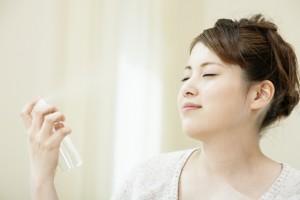 化粧水をかける女性