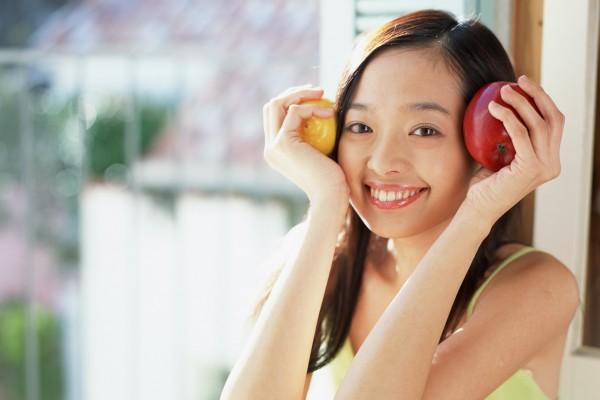 野菜を手に持つ女性