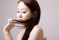 髪の毛を見る女性