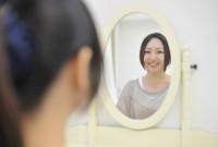 鏡の前の女性