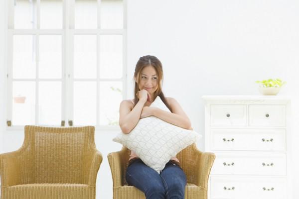 椅子にすわっている女性